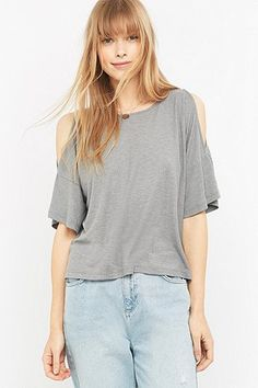Urban Outfitters – Oberteil mit Cut-outs an den Schultern - Urban Outfitters
