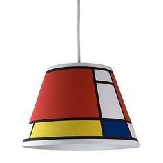 Dans une cuisine uniformément blanche, le lustre Deco and Me se révèle dans toute sa splendeur, en apportant de la couleur. Une manière simple de dynamiser sa décoration par ce code graphique caractéristique.