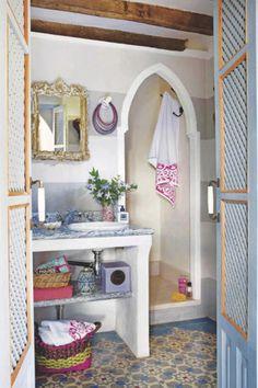 Equipados con muebles de obra, piedra, madera, cerámica... Aquí tienes cuatro baños que se han reformado en un cálido estilo rústico. Bonitos y cómodos.