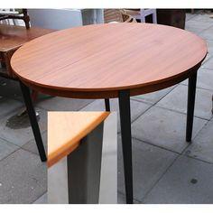 Nymalet sorte ben malet med  Annie Sloan Graphite x 2 og vokset med lys voks. Bordben var oprindeligt en anden træsort, der var lysere end teakfarven på selve bordpladen. Bordpladen nypudset og smukseret med teakolie