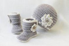 Baby Girl Crochet Hat and Booties Set Baby Girl von LoopsInBloom