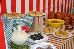 Dale un toque de feria a tu evento con casetas, mesas pintadas a mano y comida típica andaluza.  #Events #Feria #Decoration #Food Roman Soldiers, Painted Tables, Dinner, Events, Food