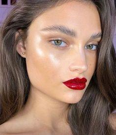 Make, batom vermelho, verão, pele iluminada, maquiagem para praia, sobrancelha, brilho, iluminador, model, lips, red, olhar poderoso, cabelo para o verão, maquiagem para o natal, maquiagem para o ano novo Glam Makeup, Dewy Makeup, Makeup Kit, Eyeshadow Makeup, Natural Makeup, Hair Makeup, Yellow Eyeshadow, Glossy Makeup, Makeup Goals