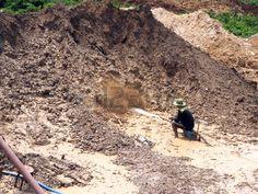 Chanthaburi Tailandia 19 de marzo 2015 Las personas locales que trabajan en la mina de piedras preci Foto de archivo
