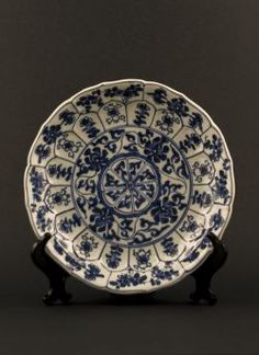 Kangxi - Blue and white lobed export dish with decor of alternating flowers in panels and a centered wheel with flower sprays to the reverse