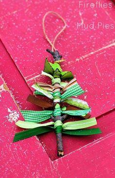 木の枝に長さ違いのリボンを結ぶだけで、ツリー型のオーナメントが完成! クリスマス