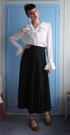A very simple, mature coordinate with vintage blouse and pleated skirt.