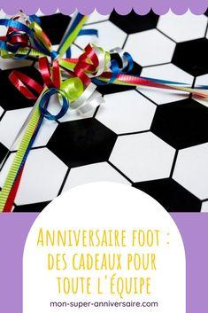 Découvre notre liste de petits cadeaux d'invités qui feront plaisir. Il ne te reste plus qu'à les glisser dans un petit sac à la fin d'une journée d'anniversaire foot. Birthday Display, Football Party Favors, Candy Bar Bags