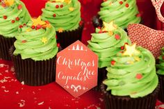 Christmas Tree Cupcakes Création : LITTLE - Petits Gâteaux Crédit Photo : Julie Marie Gene Graphisme : Solenn As Sweet