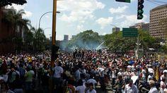 [FOTO] CON GASES, PATADAS Y PERDIGONES: Maduro ordena reprimir mujeres, ancianos y niños en Bello Monte