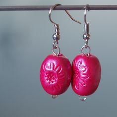 Růžovky Ručně tvarovaný fimo korálek o průměru 1cm a délce 1,5cm.Růžové barvya otiskem kytičky.  - polymer by teruberu