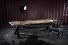 ZWAARTAFELEN I Stoere tafel van oud eiken met zwart stalen onderstel  van Zwaartafelen. Staat goed in een industrieel interieur/interior. Voor meer inspiratie kun je terecht op onze website of in onze showroom! I www.zwaartafelen.nl