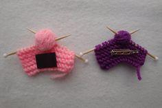 Vous connaissez quelquun qui aime à tricoter? Cette pièce de tricot miniature leur ferait sourire! Vous choisissez si vous préférez un pin ou un aimant. Mesure 3 de large x 1,5 de hauteur ** CETTE COMMANDE EST POUR UN ARTICLE ** À LA CAISSE, S'IL VOUS PLAÎT FAIRE COULEUR ET LE STYLE SÉLECTION ** Internationales shoppers, sil vous plaît message moi pour les frais dexpédition à votre pays **