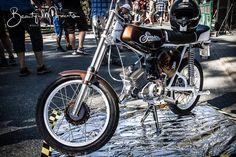 Bild könnte enthalten: eine oder mehrere Personen und Motorrad