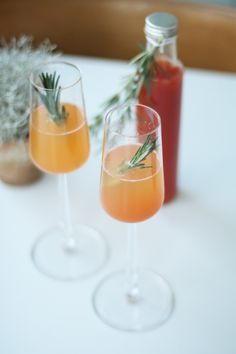 Recipe for Christmas Aperol Spritz - Aperol Spritz is definitely one of my favorite drinks. In fact, this drink made from Prosecco, Aper - Drinks Alcohol Recipes, Non Alcoholic Drinks, Cocktail Recipes, Winter Cocktails, Refreshing Cocktails, Spritz Recipe, Orange Sanguine, Vegetable Drinks, Christmas Drinks