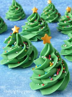 If you can pipe a swirl out of frosting then you can make these three ingredient Creme de Menthe Fudge Christmas Trees. Each sweet little candy tree is decorated with colorful sprinkles and a gold candy star. Add to your holiday dessert trays. Christmas Tree Food, Christmas Fudge, Christmas Deserts, Grinch Christmas, Christmas Cooking, Christmas Goodies, Christmas Candy, Christmas Treats, Holiday Treats