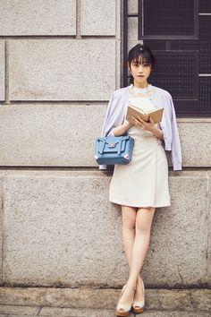 女子大に通う【美人女子大生】が手放せない♡上品カーデのコーデとは? | Ray Beautiful Asian Girls, Beautiful Women, Leg Thigh, Asian Woman, Female Bodies, Asian Beauty, Dresses For Work, Actresses, Poses