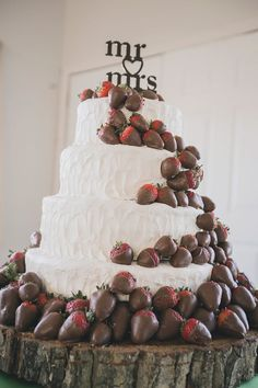 Cover the strawberries in colored white chocolate to match wedding colors. Yuuuummmm!: