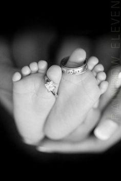 Zo lief! Baby voetjes met de trouwringen.