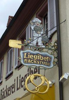 Riegel am Kaiserstuhl, Zunftschild einer Bäckerei, Feb.2013