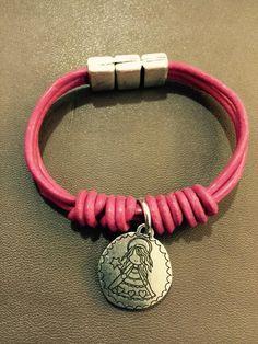 """Pulsera """"Virgencita"""" en cuero rosa"""