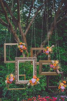 Incredible wedding backdrop: hanging frames and flowers Love this look! Such a…
