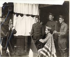 French photographers making pictures of French and American soldiers - Behind Camera Lens World War I Photographers Best of Web Shrine World War One, First World, Presidential Libraries, Pictures Of People, American Soldiers, World History, How To Take Photos, Dieselpunk, Wwii