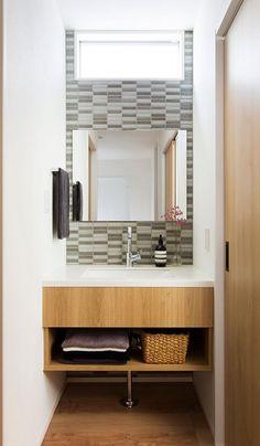 タイルと木を使った造作の洗面台。シンプルながらセンスの良さを感じる仕上がりで、お気に入りの空間。