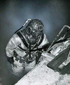 Deep-sea diving helmet & suit