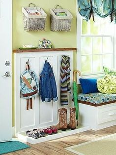 Small Mudroom Ideas Think your space-challenged entryway doesn't have enough room for a mudroom? Think again: clever solutions and space-planning ideas help you carve out the just-right spot for a practical, pretty mudroom. Small Mudroom Ideas, Mudroom Laundry Room, Bench Mudroom, Ideas Para Organizar, Foyer Decorating, Decorating Bookshelves, Decorating Ideas, Home Organization, Organizing