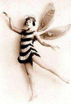 Top 37 des costumes halloween vintage, nos ancêtres ont du talent Vintage Abbildungen, Vintage Beauty, Vintage Fairies, Vintage Pictures, Vintage Images, Halloween Vintage, Poses References, Bees Knees, Fairy Land
