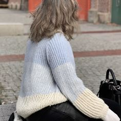 Oversize sweater i to-farvet patentstrik - FiftyFabulous Malm, Knitting Videos, Knitting Projects, Warm Outfits, Jumper, Vest, Textiles, Crochet, Sweaters