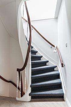 In het trappenhuis van het bovenhuis is een daklicht geplaatst. Dit zorgt voor natuurlijk licht tot diep in het huis