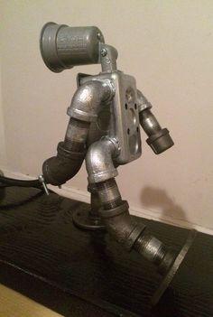 Diseño de lámpara hecha a mano robots industriales con salida de funcionamiento interruptores. Walker & dog se montan en una mano manchada y shellacked pedazo de madera [24 x 7 x 1,5]. Esta lámpara es hecha a mano en mi estudio de Brooklyn. (y es impresionante).