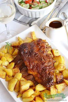 Nu toata lumea are posibilitatea de a prepara carnea la gratar. Iata cu aceasta reteta de Costite cu Sos Barbeque vreau sa va arat o varianta de a prepara la cuptor costitele cu sos barbeque. Credeti-ma pe cuvant, costitele ies la fel de bune ca cele pregatite pe gratar. Alaturi servim o Rusalca Alba de Pastry Recipes, Cooking Recipes, Romanian Food, Mini Cheesecakes, Cordon Bleu, Pork Recipes, Pot Roast, Food To Make, Food And Drink