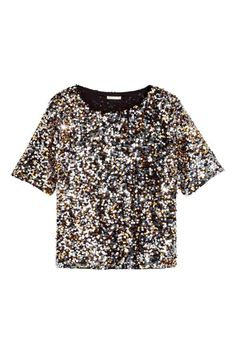 Blusa de lentejuelas: Blusa de malla con bordado de lentejuelas, cuello ligeramente amplio y manga corta. Forro de punto.