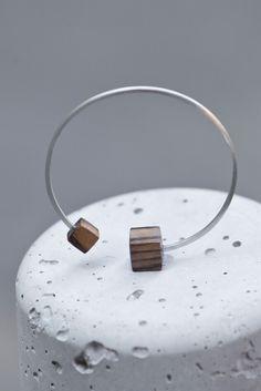 Pulsera de plata de hilo cuadrado y madera.Sonia Despujol