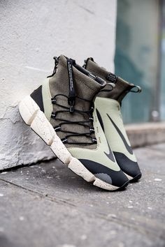 Nike coming up with dope ones for winter. Check that Nike Air Footscape Mid Utility DM in Olive, the details are pretty solid on this one, ready for the cold. New Shoes, Men's Shoes, Shoe Boots, Shoes Sneakers, Dress Boots, Best Sneakers, Sneakers Fashion, Fashion Shoes, Vetements Shoes