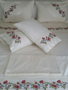 Şahane bir takım Hand Work Embroidery, Embroidery Dress, Ribbon Embroidery, White Bedding, Linen Bedding, Bedding Sets, Designer Bed Sheets, Embroidered Towels, Bed Covers