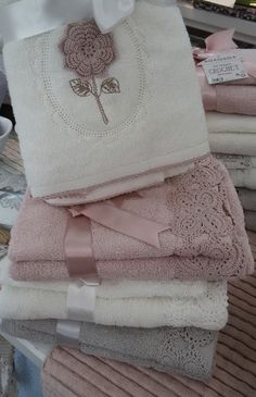 Coppie spugna Crochet. Da Spugna Riccione. C2c Crochet, Crochet Home, Crochet Crafts, Hand Towels Bathroom, Big Girl Fashion, How To Make Hair, Beautiful Crochet, Ribbon Bows, Home Textile