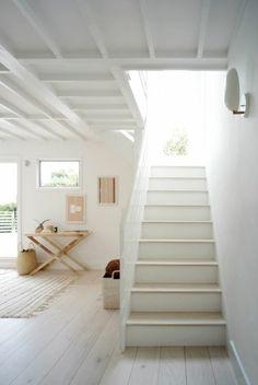 jolie maison style scandinave, beacoup de lumière, escalier tournant, parquet chene massif clair pas cher