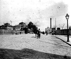 La calle de Luchana en 1900. A la izquierda, el asilo de Jesús de San Martín, y a la derecha la antigua fábrica  de electricidad de la Compañía Eléctrica Madrileña de Alumbrado y Fuerza