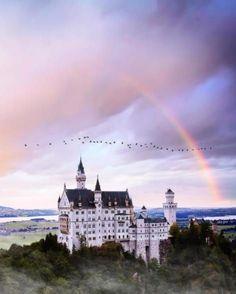 Schloss Neuschwanstein oberhalb von Hohenschwangau bei Füssen.