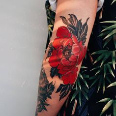 Red peony on elbow. Elbow Tattoos, Stomach Tattoos, Body Art Tattoos, Tribal Tattoos, Cool Tattoos, Red Flower Tattoos, Flor Tattoo, Boys With Tattoos, Tatuagem Old School