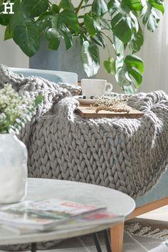 Wir wünschen einen entspannten Sonntag!  #meinhöffi   #höffner #hoeffner #wohnen #möbel #wohnraum #wohndesign #wohnidee Sofa, Kakao, Merino Wool Blanket, Hygge, Interior, Diamond Pattern, Elves, Sunday, Cottage Chic