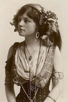 MUST HAVE BEEN SOME GYPSY BLOOD IN OUR HERITAGE...THIS I LOVE.  vintage gypsy  | vintage gypsy | venha venus