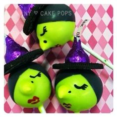 Halloween witch cake pops with purple Hershey's Kiss hats Holidays Halloween, Halloween Themes, Halloween Crafts, Halloween Foods, Halloween Witches, Halloween Party, Halloween Apples, Halloween Stuff, Witch Cake