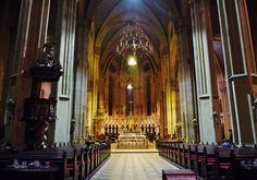 大聖堂の中 カプトル地区に建つ13~18世紀にかけた建てられたネオゴシック様式の大聖堂。 100mを超える二つの尖塔は、市内のいたる所から見えるザグレブのシンボルでもあります。 内部にはオスマン王朝と戦ったクロアチアの勇者の墓石が安置されています。