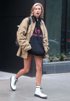 Estilo Hailey Baldwin, Hailey Baldwin Style, Dr. Martens, Street Chic, Street Style, Celebrity Outfits, City Style, Fashion Prints, Winter Outfits