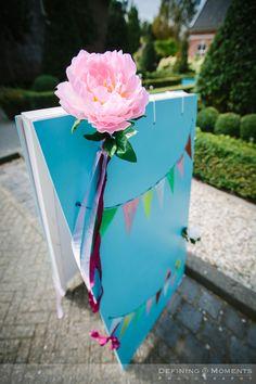Welkomstbord bij tuinbruiloft in vrolijke kleuren. Jullie namen komen natuurlijk op het bord!